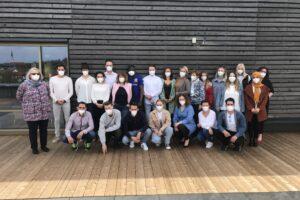Gruppenfoto mit Masken: Zur Eröffnung am 4. Mai kamen GGSD Geschäftsführerin Ute Kick (l.), Schulleiterin Alicja Meinert (r.) und die neuen Pflegeschüler*innen auf der Terrasse der Pflegeschule zusammen – eingangs wurden sicherheitshalber Corona Schnelltests durchgeführt. / Foto: GGSD